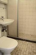 Kylpyhuone jossa myös pesukoneliitäntä.