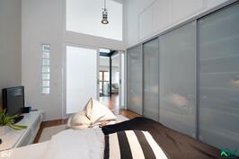 Makuuhuone 2 krs. korkeata tilaa