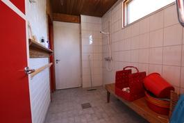 Kylpyhuoneesta käynti takapihalle