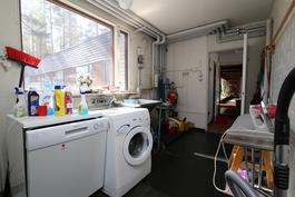 Kodinhoitotila, jonka yhteydessä lämmönvaihdin, tilasta käynti myös takapihalle
