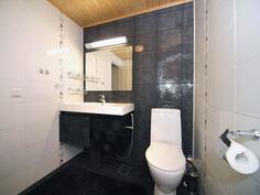 Alakerran erillinen wc kalusteinen on heti kylpyhuoneen vieressä.