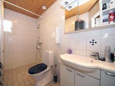 Ikkunallinen, tilava kylpyhuone/wc.