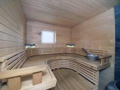 Alakerran ikkunallinen ja todella tyylikäs saunaosasto.