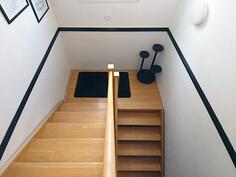 Tukevat portaat alakertaan.