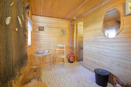 Pukuhuone piharakennuksessa
