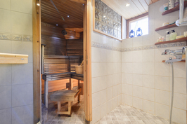 Kylpyhuone piharakennuksessa