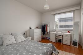 Makuuhuoneen yhteydessä tilava vaatehuone