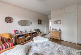 Makuuhuone; vaatehuoneen ovi näkyy