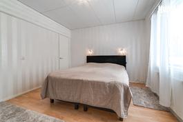 Olohuoneen viereinen makuuhuone 2