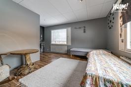 Makuuhuone eteisen oikealla puolella