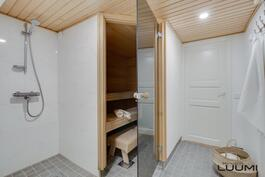 sauna ja kylpyhuone kellarikerroksessa