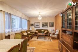 Hyvänkokoisen olohuoneen voi jakaa ruokailutilaan ja seurusteluun.