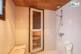 Alakerran kylpyhuone on vaaleasävyinen.