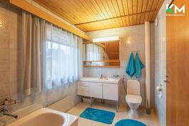 Yläkerran tilava, yhdistetty kylpyhuone/kodinhoitotila/wc.