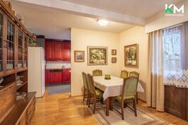 Näkymä sisäänkäynnistä ruokailutilaan ja keittiöön.