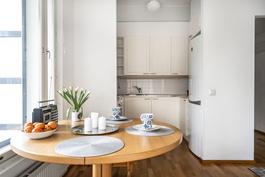 Ruokailutilaa ja keittiönäkymää