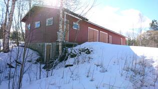 Talousrakennus, alla kellari, vasemmalta: sauna, 2x autotalli, liiteri, varastoja
