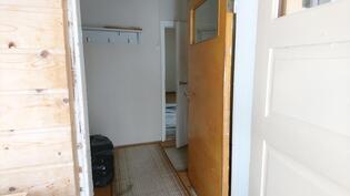 Sisäänkäynti, huoneet vasemmalla, keittiö edessä ja portaat ylös oikealla