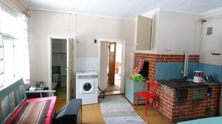 Keittiö, huoneet oikealla, ulko-ovi edessä ja wc etuvasemmalla