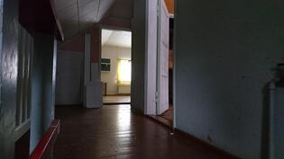 Yläkerran aula, huoneet oikealla ja edessä