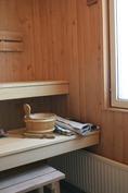 Saunassa siistit lauteet, kunnolla tilaa löylytell