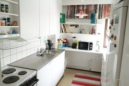 Keittiössä kaikki tarpeellinen, myös astianpesukone tarvittaessa mahtuu.