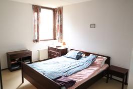 Rauhallinen makuuhuone, ei seinänaapureita ja ikkunat etelänsuuntaan metsää kohti.