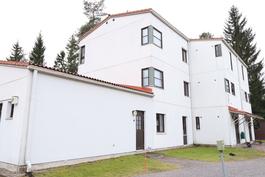 Talossa on myös erillinen pesutupa/kuivaushuone/mankeli ja kerhohuone sekä ulkovälinevarasto