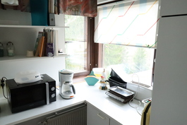 Keittiössä ikkunat kahteen eri ilmansuuntaan ja hyvin myös pöytätilaa.