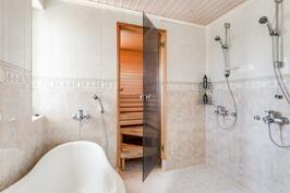 Pesuhuone kahdella suihkulla ja tassuammeella.