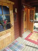 Terassi, ovet huoneistoon ja saunaan