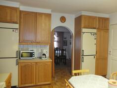 Keittiön kaapistoja, takana ruokailutila