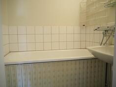 wc:n vieressä pesuhuone jossa vanna