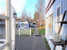 Talon edustalla on reilun kokoinen terassi.