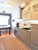 ...erittäin laadukkaasti ja modernisti varustellun keittiön.