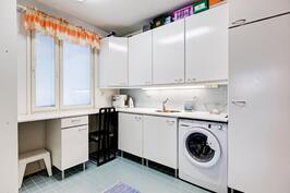 kodinhoitohuoneessa on runsaasti kaappeja ja hyvin työtilaa