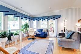 valoisa ja avara olohuone, jonka jatkeena vielä katettu ja lasitettu terassi