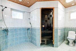 tilava pesuhuone kahdella suihkulla, luonnonvaloa ikkunoista