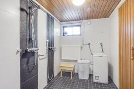 Siisti vuonna 2012 saneerattu kylpyhuone
