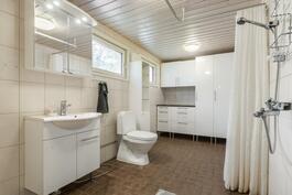 Kylpyhuone alakerrassa