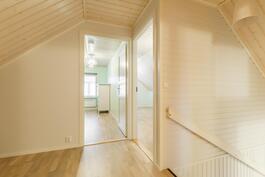 Yläkerran aulatila ja näkymä makuuhuoneisiin