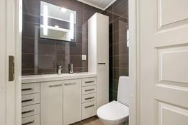 Talossa 2 erillistä wc:tä