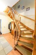 Portaat yläkertaan / Trappa till övre våningen