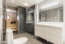 Kylpyhuoneesta näkymä saunaan