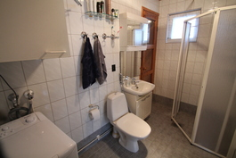 Uusittu kylpyhuone.