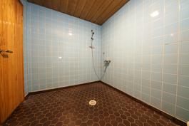 Todella tilava kylpyhuone johon mahtuu vaikka amme