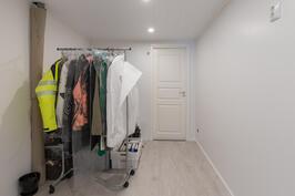 Iso varastotila askarteluhuoneen yhteydessä, perällä vielä pieni varastohuone