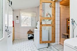 kodinhoitohuone, oikealla kylpyhuoneen ovi