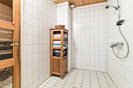 kylpyhuone, vasemmalla sauna