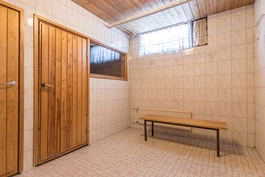 Kylpyhuoneesta ikkuna saunaan